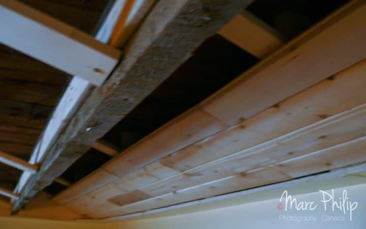 Pose des lattes de cèdre sur la structure de ply wood