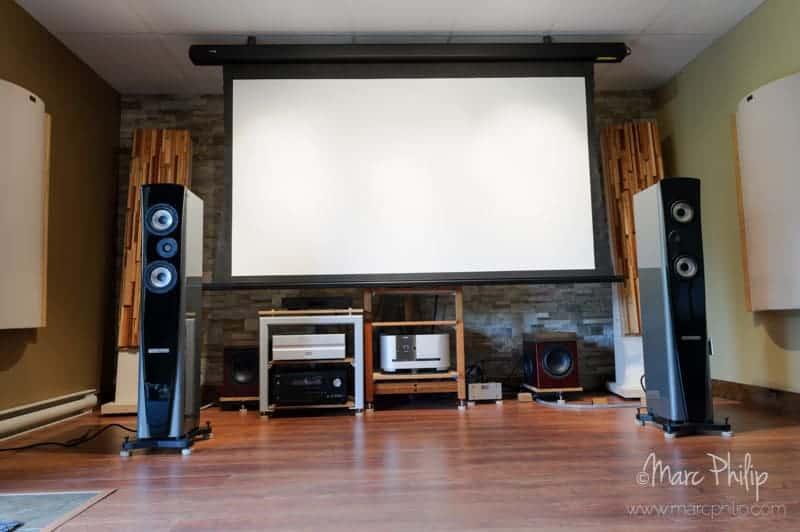 Système en mode cinéma, écran à toile acoustic weave déployé.