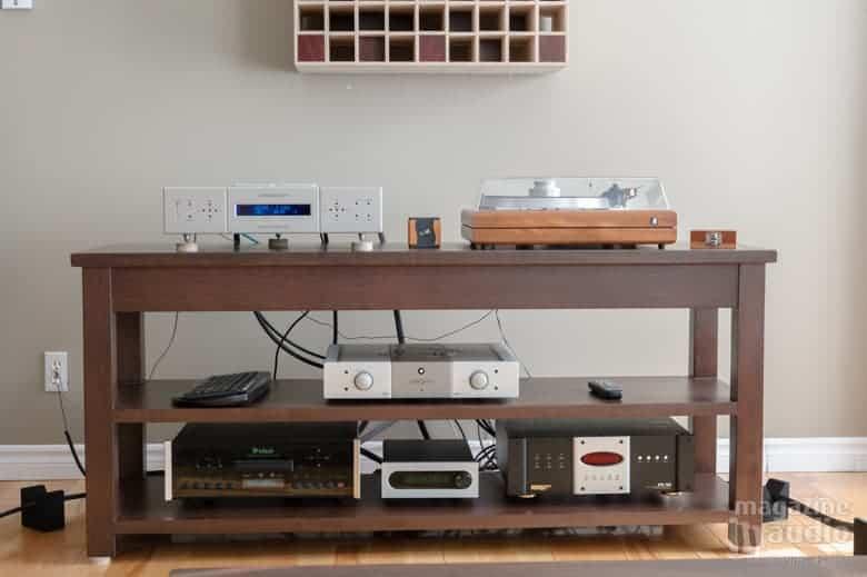 Vue sur le meuble sur lequel repose les électroniques