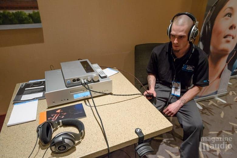 Marc-Antoine en pleine écoute comparative dans l'espace Sennheiser.