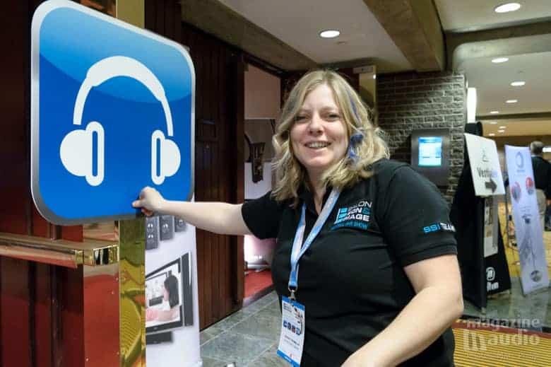 Sarah la directrice du SSI pose les panneaux indicateurs de la Zone Audio Personnel.