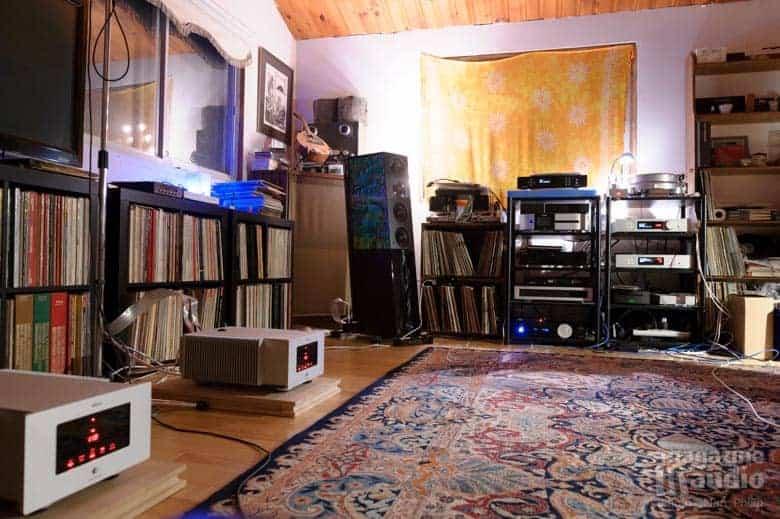 Vue sur la partie droite de la pièce, avec les rack qui supportent les électroniques Trigon et la platine analogique Acoustic Storm