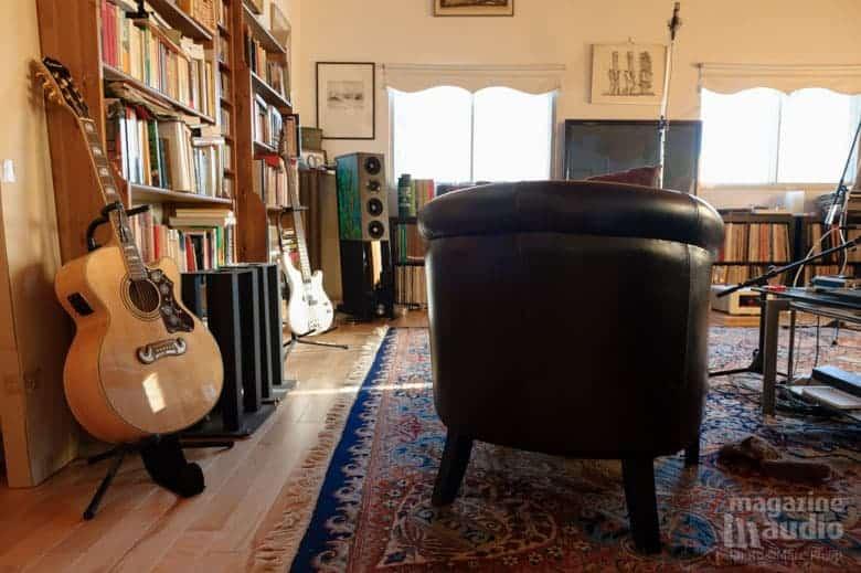 Guitare acoustique Epiphone et basse électrique Washburn (en blanc)