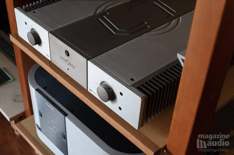 Amplificateur intégré Stormaudio V55 et dessous le Classé Audio CA2200