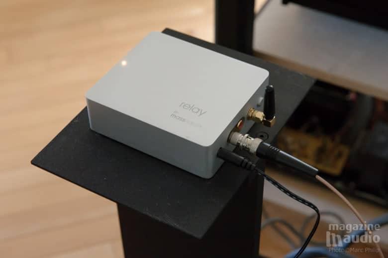 Le Relay est installé sur un pieds en métal spécifique et raccordé au DAC Jundac X7 en S/PDIF