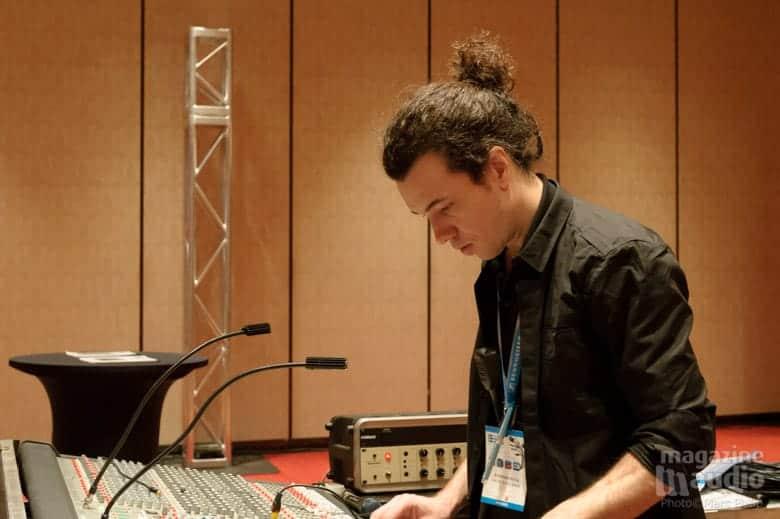 Stephan Ritch à la console lors des spectacles de Dean Peer