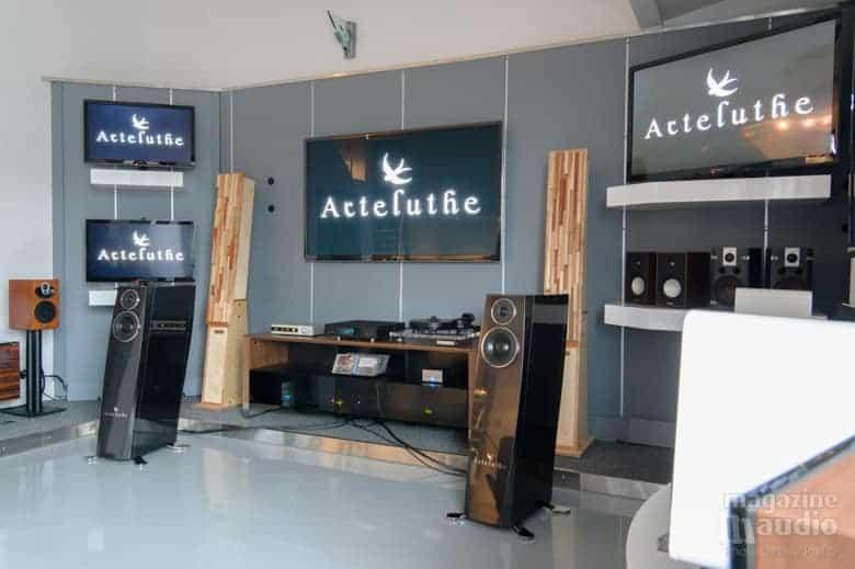 Arteluthe modèle Satie chez Brosseau lors de la première mondiale.
