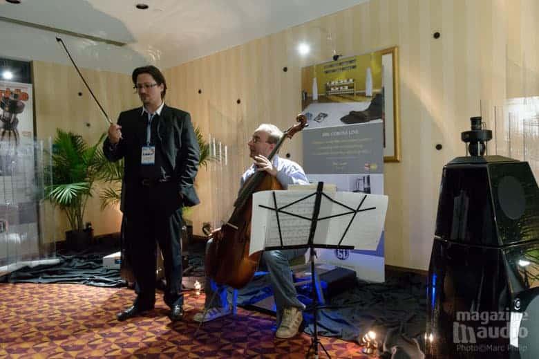 Vincent Bélanger en train de partager les sensations au contact de son violoncelle avec une personne prise au hasard dans l'assistance.