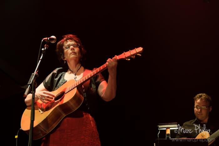 Suzanne Lainesse à la guitare