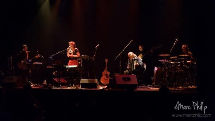 Suzanne Lainesse entourée de ses musiciens
