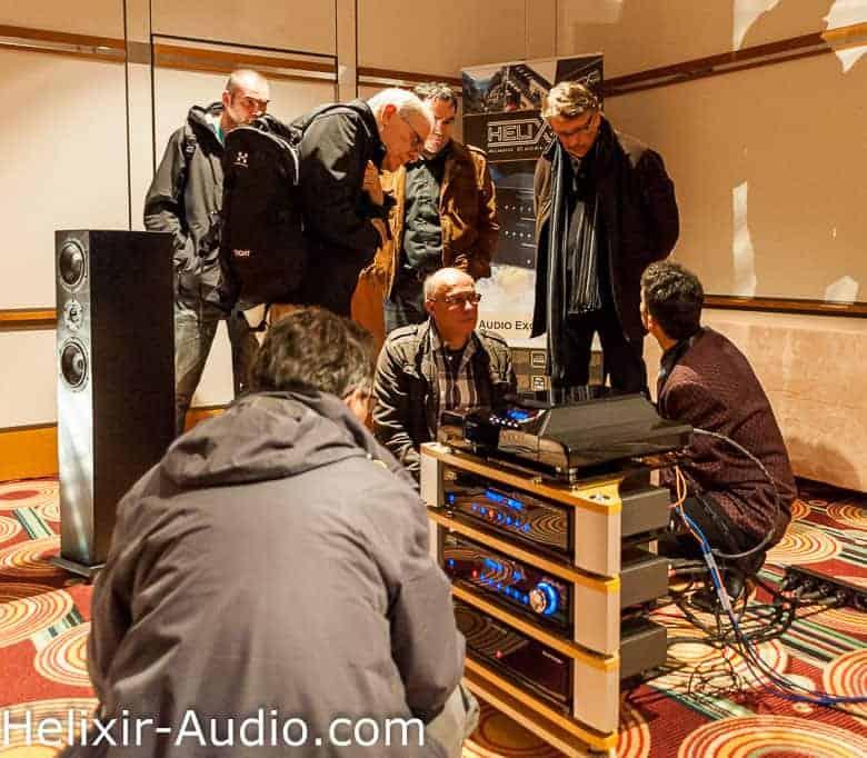 Curiosité et discussions vont bon train chez Helixir Audio lors du salon Haute-Fidélité 2013 à Paris
