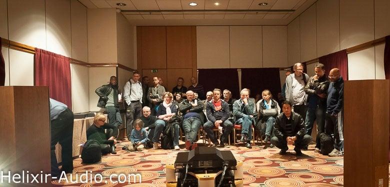 Le public en mode écoute chez Helixir Audio lors du salon Haute-Fidélité 2013 à Paris