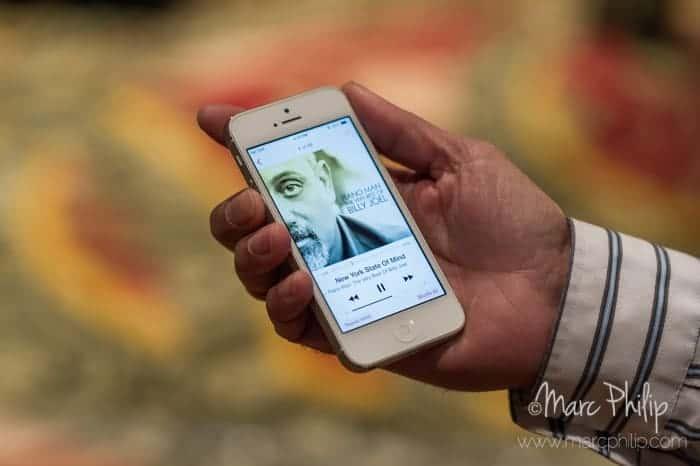 Neil D'Souza démontre le Relay de Mass Fidelity via son iPhone