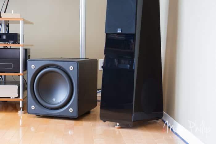 JL Audio E112 posé sur 3 pocks, sans son poids sur le dessus
