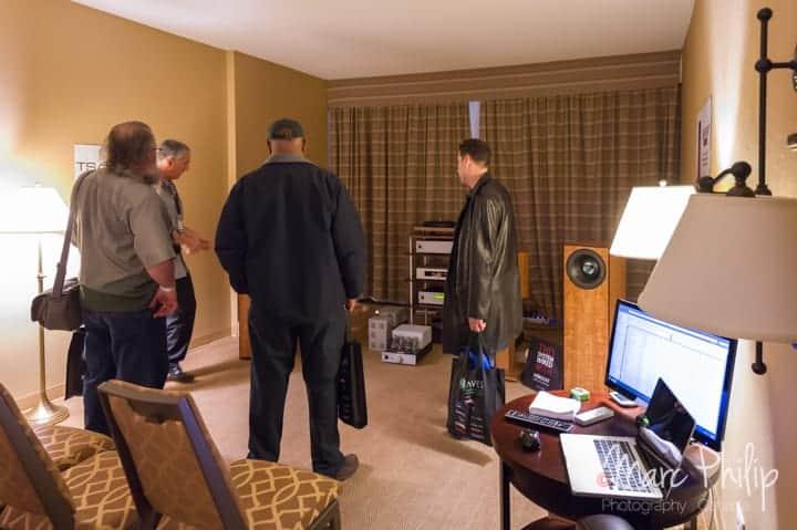 Frank de chez Coherent Audio en grande discussion avec ses visiteurs.