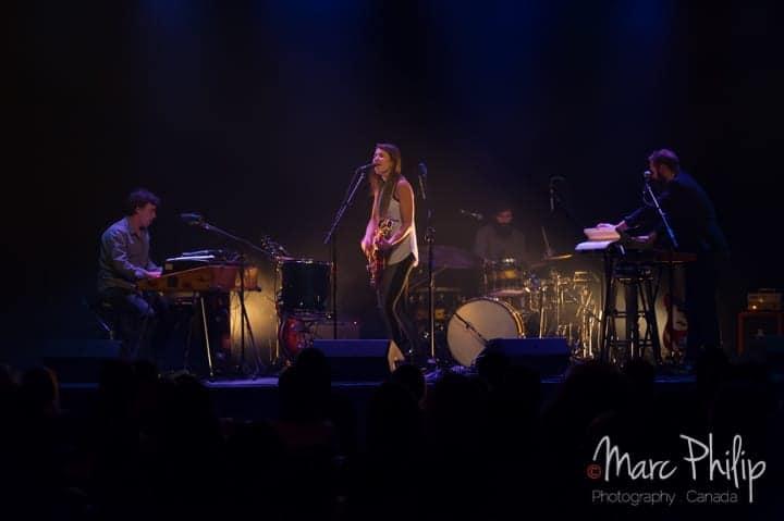 Salomé Leclerc avec ses musiciens en 2015 sur la scène du Pavillon Arthabaska de Victo