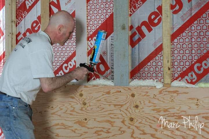 Pose des panneaux de ply wood BC Fir et isolation par mousse expansée