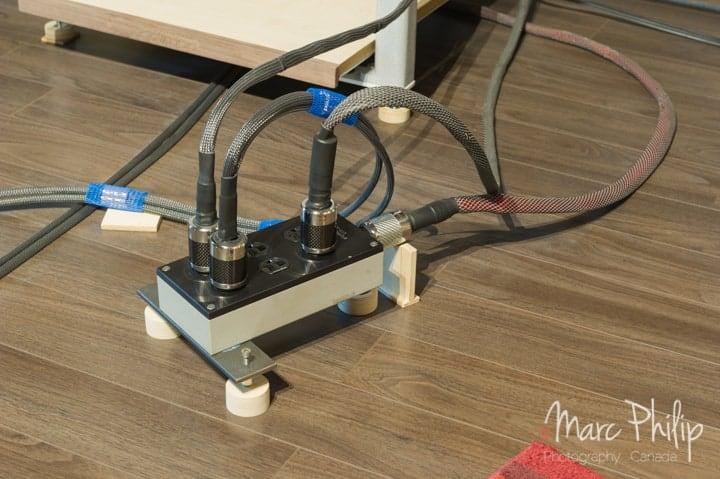 Boîtier de distribution multi-prises Furutech RTP-6 et cordon AC monté avec des connecteurs NCF