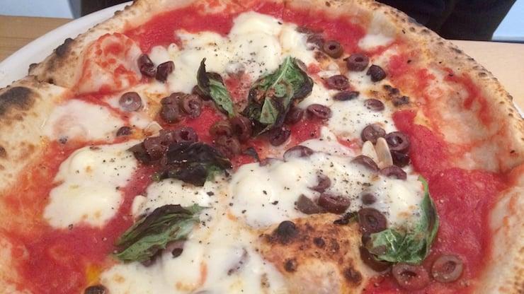Pizza authentique sur feu de bois